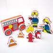 Stavebnice do vany obsahuje hasičský náklaďák, složený z 8 dílů, dvě postavy hasičů a dalš