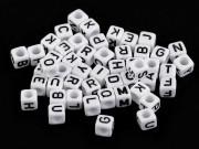 Plastové korálky s písmeny kostka 6 mm