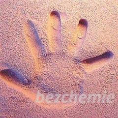Otisk ručičky nebo nožičky v písku - růžový