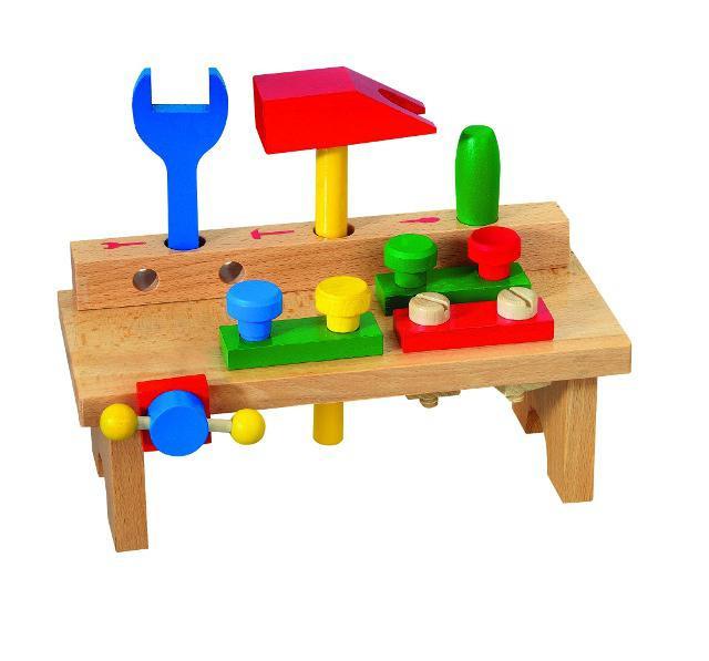 Dřevěný stůl s nářadím